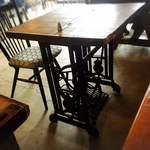 カフェ&リビング ウチダ - 店内の雰囲気④昭和のミシンのテーブル!
