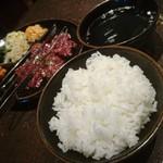 炭火焼肉 東京苑 - ライスも硬めでええで。