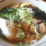 五島軒 - チャーシュー・ネギ・青菜・煮玉子・若布。具とスープは同じで、細麺の五島うどんバージョンもあります。