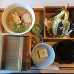 ゐざさ - 名産寿司5貫は、フタ付で出て来ました。