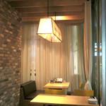 dot. Eatery and Bar - 店内奥のテーブル