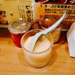 横浜家系ラーメン 町田商店 - にんにく等はもしかして毎日新しくするのかしら?ガラスの容器にたっぷりと入れられ、提供されました。豆板醤然り。他には刻み生姜。