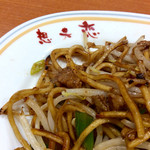 想夫恋 - 焼きそばのアップ。皿の店名が昭和な風情を醸し出す。