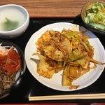 ホルモン寺 - ホルモン旨辛炒め定食(980円)、小ビビンバ(+200円)。