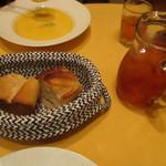 Aux delices de dodine - パンとアイスティー