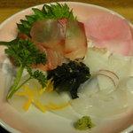 海鮮問屋 博多 - 刺身は薄切りのハマチ、タコ、イカ