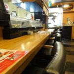 海鮮問屋 博多 - カウンター席から入口方向