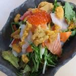 雲丹のぶっかけ海鮮サラダ