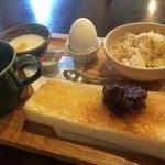 月のうさぎ - 料理写真:ブレンドコーヒーと小倉トーストのモーニング