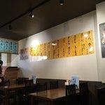 市場食堂 - 壁いっぱいに黄色い短冊が貼られていますよ