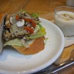 ブルー・リーフ・カフェ - キノコとドライトマト、ゴルゴンゾーラのサンドウィッチ