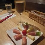 75791756 - グラスワインと生ハムチーズ