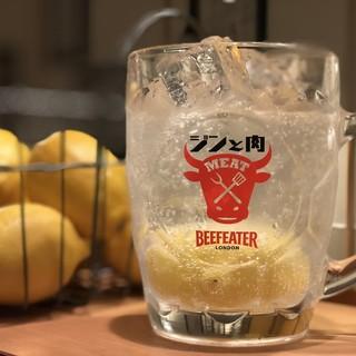 たっぷり生レモンと黒胡椒が肉に合う!!ジントニ!!