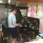 75795706 - 炒飯を作る親父さん