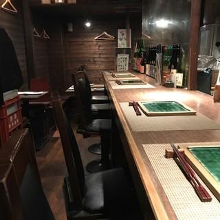 遊 - 手前にカウンター席、奥がテーブル席