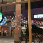 スターバックス・コーヒー - 店内、外もクリスマスイルミネーション