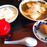 松屋製麺所 - チャーシュー麺(800円)+卵かけご飯(250円)