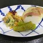 75813185 - 先付:かますの押し寿司、むらさきずきん、柿・大徳寺麩・きゅうりの胡麻白あえ