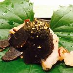 日本料理 銀座 一 - ・鮑の握り鮨(トリュフとキャビアを添えて)