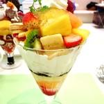 タカノフルーツパーラー - クリーミーフルーツパフェ@フレッシュで鮮やかなフルーツにカスタードとホイップクリームがたっぷりのフルーツパフェ。コワントローゼリー期待したけどあまりアルコール感なかったです