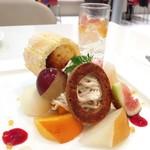タカノフルーツパーラー - 秋果のプレートデザート@秋の果物とシャルロットにロールされた洋梨のシブーストとモンブラン。レモンライムのジュレ