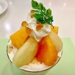 タカノフルーツパーラー - シーズナルトライフル洋梨と柿@丸いのは紅茶のアガーゼリー