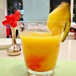 タカノフルーツパーラー - フルーツミックスジュース@グレナデンシロップが入ってます。パイナップルとオレンジが主体に感じられました