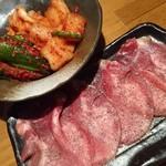 じゅじゅ庵 - 塩タンとキムチ盛り合わせ