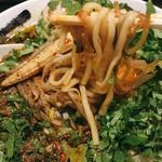 カラシビ味噌らー麺 鬼金棒 - 麺はコシがあってシコシコ。麺自体の味はシンプルで、スープを楽しむための麺。