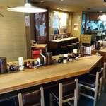 野方ホープ - 野方ホープ 目黒店 対面カウンター席が多い店内