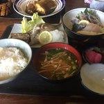 75832068 - 2017年11月。焼魚刺身定食1500円。焼魚はアジ、刺身は4品。