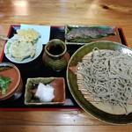 そば処 時空 - そば大盛岩魚からあげセット。天ぷらはもってのほか(菊)、椎茸(肉厚!)なんか木の芽みでなん(獏)が付く、という充実ぶりで驚愕の1400えん!!