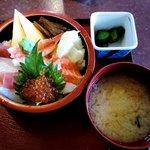 寿司酒家 七福食堂 - 七福食堂 @横須賀市長坂 七福ちらし丼 700円