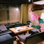 64餃子 - 人気のソファー席は最大23名まで