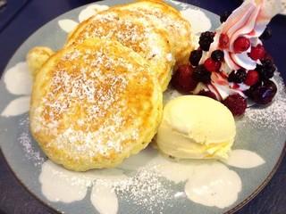 CAFE LOURDES - ミックスベリーとアイスのリコッタパンケーキ