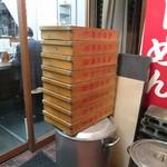武蔵家 - 麺箱が誇らしげに積んであります