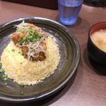 かにチャーハンの店 - 鶏の唐揚げ香味ソースチャーハン、味噌汁