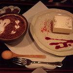 7587341 - レアチーズケーキとうさぎのカフェラテアートがかわいい!