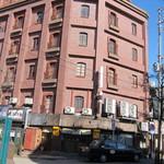 本店 鉄なべ - 印象的なビルの一階に鎮座