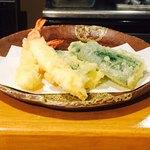 天ぷら いづも - 海老とズッキーニ。揚げたてをカウンターで頂けます♫