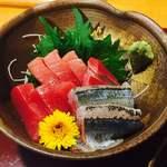 天ぷら いづも - 刺身3種盛り。マグロ・秋刀魚・カンパチ、いずれも脂がのってて美味( ^ω^ )♪
