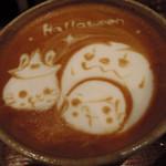 うさぎとぼく - ちびつぬはカフェラテを注文!かわいい~! ハロウィンのラテアートになってたよ(10月30日訪問です)。 うさぼくさんのラテアートは季節感があっていいよね。
