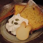 うさぎとぼく - かぼちゃのシフォンケーキ。 うさぼくさんのシフォンケーキは季節によって変わるんだよ。 この時期はかぼちゃ味です。