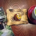はこね和菓子 菜の花 - 料理写真:いつも この 饅頭    箱根のお月さま 奥さまが  丁寧に    お煎茶を いれて下さいます