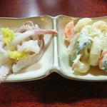 亀ちゃん - お通し:柔らかヤリイカの下足とマカロニサラダ(300円)