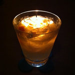トゥーズ - 旬のフレッシュな金柑をすり潰した金柑のジントニック。爽やかな香りが口の中に広がります。