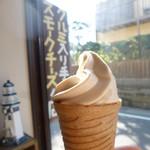 北鎌倉燻煙工房 - お目当てのソフトクリーム あまりの小ささにビックリ 380円