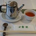広東名菜 富徳 - 広東名菜 富徳 @外苑前 テーブルセットとポットで供される烏龍茶