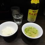 餃子バル - ランチ:水、セットのご飯、スープ