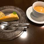 75884355 - チーズケーキ&ピスタチオアイス、珈琲